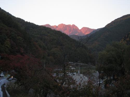 赤く染まる山