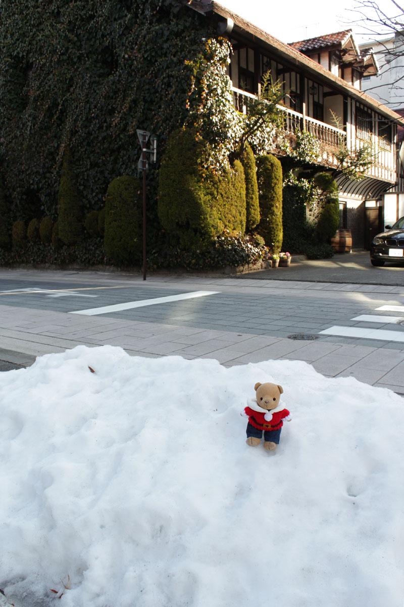 割烹料理店の駐車場の雪と