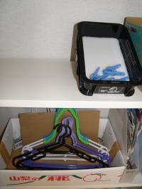P8090041洗面:トイレ脇ハンガー置き場