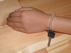 P9290303日用品:腕にカギ
