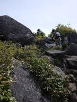 岩場を登って山頂