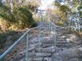 161231巨大な自然石を切った階段の上に社殿
