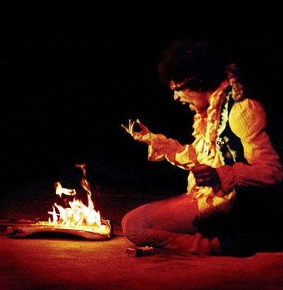 JimiHendrix ギターを燃やすジミ・ヘンドリックス