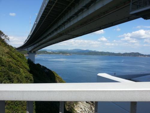 橋の裏と海