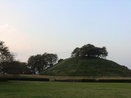秋の丸墓山