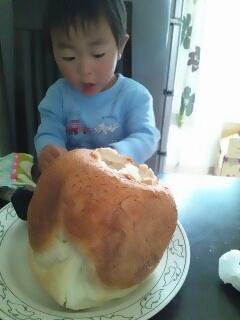 お米パンを食べる啓