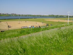 004河川敷で野球