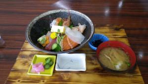 027昼ご飯は海鮮丼