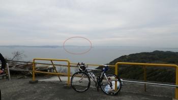 032頂上からの眺めはいいですよ!丸の中に富士山が見えます