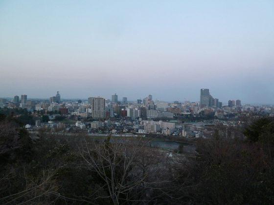 青葉城址から眺める夕暮れの仙台の街並み