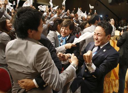 2020年五輪の開催都市が東京に決まり、喜ぶフェンシングの太田雄貴選手(右端)ら=9月7日午後、ブエノスアイレス
