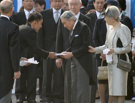 2013年10月31日、山本太郎は、園遊会で天皇陛下を呼び止め、原発事故に係る政治的な手紙を手渡した!