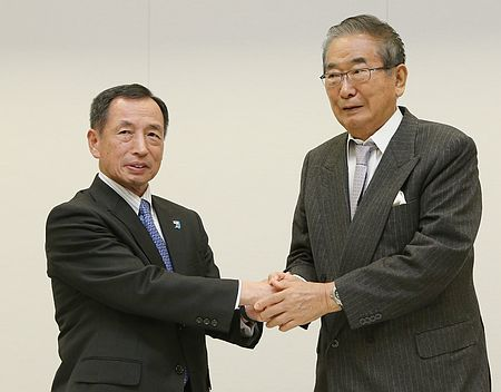 東京都知事選出馬を表明し、日本維新の会の石原慎太郎共同代表(右)と握手する田母神俊雄氏=7日午後、東京・永田町の衆院第1議員会館