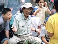 1999年7月、小野田自然塾で子どもたちに囲まれ、笑顔を見せる小野田寛郎氏=福島県塙町