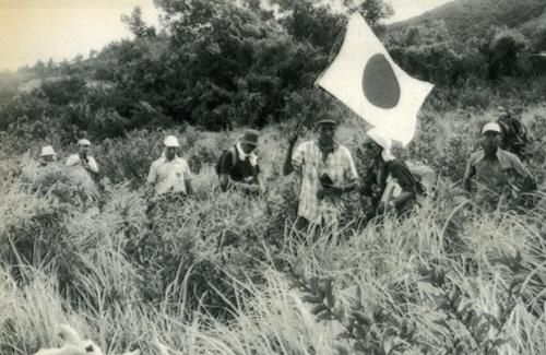山奥に入って小野田寛郎さんの捜索を続ける捜索隊=1972年 10月、フィリピン・ルパング島