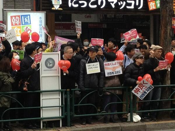 鈴木邦男と有田ヨシフ(3月31日、特定アジア粉砕新大久保排害カーニバル!)