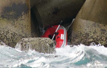 内閣府の男性職員が乗っていたとみられるゴムボート=1月18日、北九州市若松区の響灘(若松海上保安部提供)