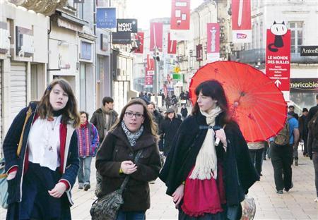 2日、最終日を迎えたフランス・アングレーム国際漫画祭で「アジア館」の前を歩く若い女性たち(内藤泰朗撮影)