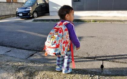 JJ14_11_10 JJ幼稚園バスを待つ