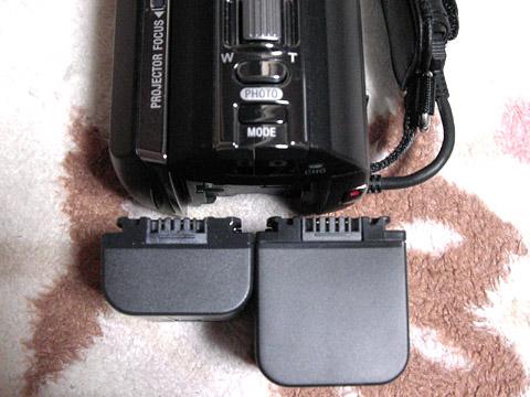 ソニーの「ハンディカム HDR-PJ590V の互換バッテリー」 NP-FV70 の大きさ比較
