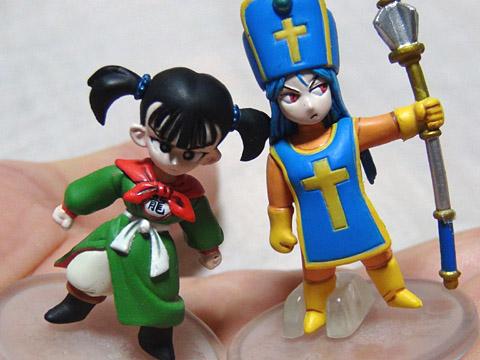 スクエニの「ドラゴンクエスト キャラクターフィギュア」 女武闘家と女僧侶(手に乗せた)