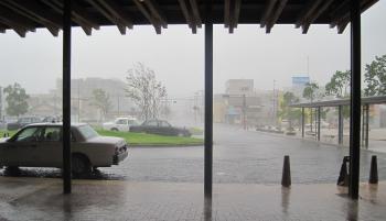 駅の外は土砂降り