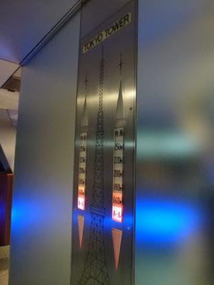 下りエレベーター前にて 9・20