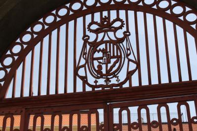紋章の入った門 7・28