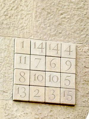 縦、横、斜め、どれを足しても33になる数字
