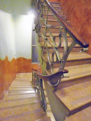 手すりが波打つ形の階段