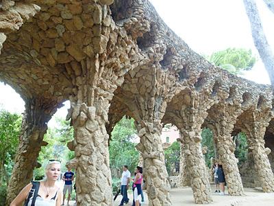 洞窟のような陸橋
