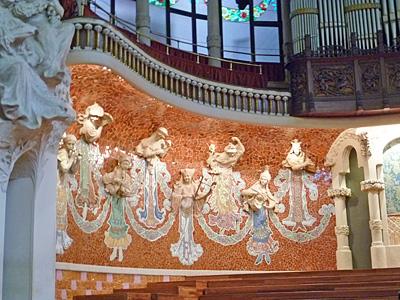 楽器を奏でる彫刻の女神たち