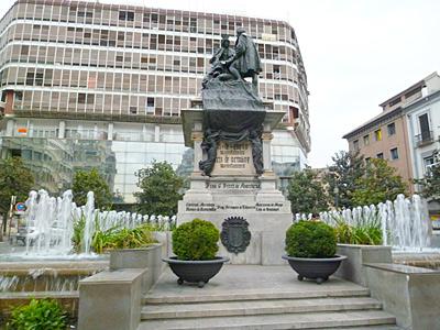 イサベル・ラ・カトリカ広場のイサベル女王とコロンブスの像