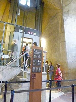 サグダラ・ファミリアの塔に上るエレベーター