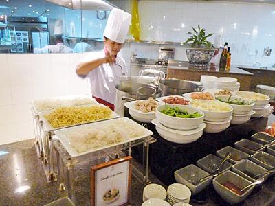 麺料理の調理コーナー