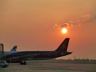 シェムリアップ空港で見た夕日