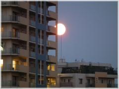 110814H 030避雷針と月