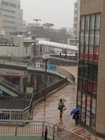 雪の日の藤沢駅前