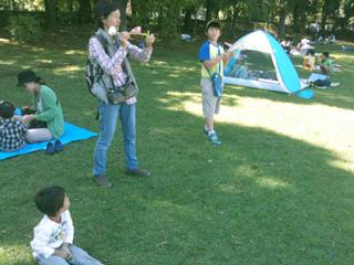 201210伊藤さんと飛行機飛ばす320x