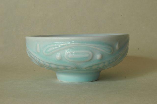 青白磁茶碗b0A今回の青白磁は全て天草の磁土。かなり難しい土だが、筒井辰也さんに有田独特ののべベラという道具を使うロクロを教えて頂いて、大分楽に挽けるようにはなった。