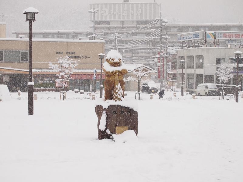 雪に埋もれる鬼怒川温泉マスコット鬼怒太
