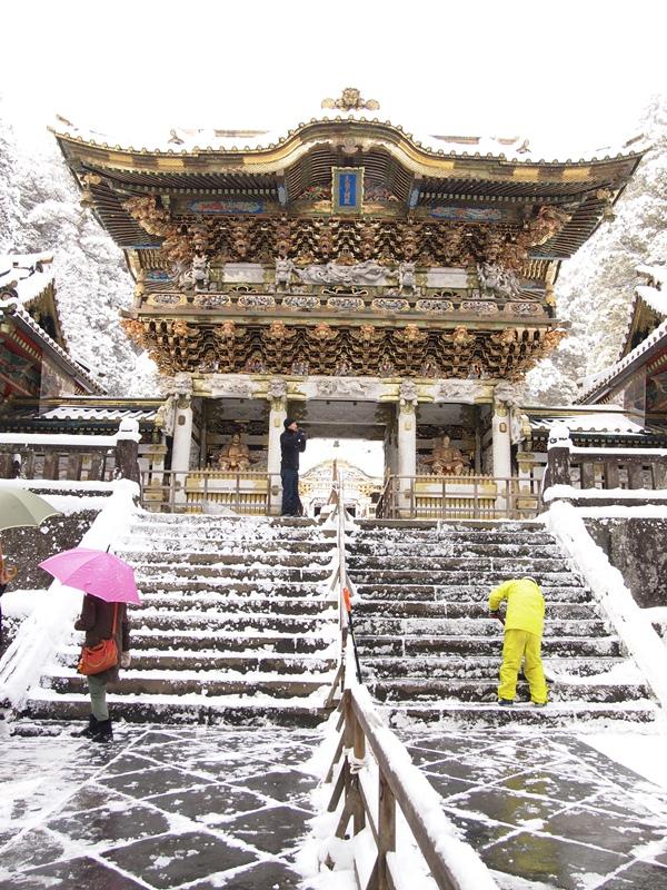 東照宮雪かき中