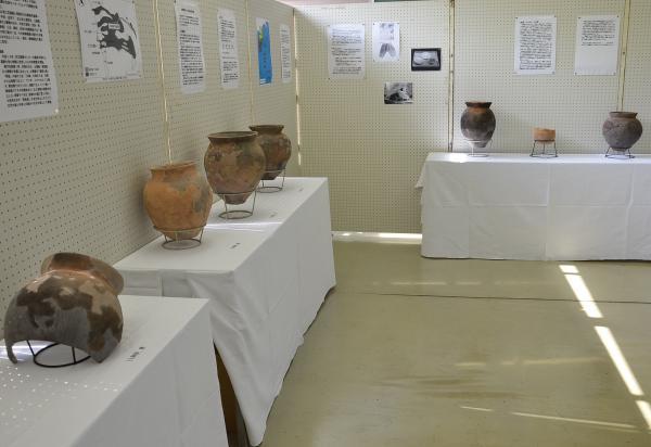 充仁荘遺跡などの埋蔵物を展示しています