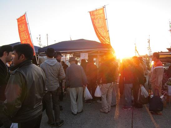 八戸朝市 唐揚げ屋に日が昇る