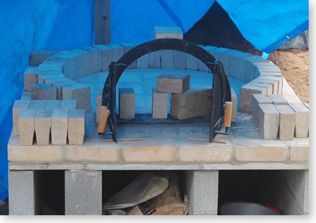 石窯の鉄扉をセメント付け