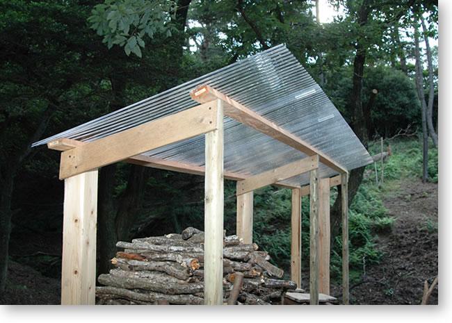 南側の薪置き場 屋根取り付け