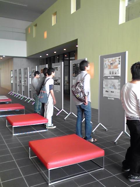 コンペ講評会2、作品展示に見入る学生、KC3T0141