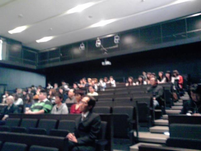 コンペ講評会6、会場に女子学生多し、KC3T0142