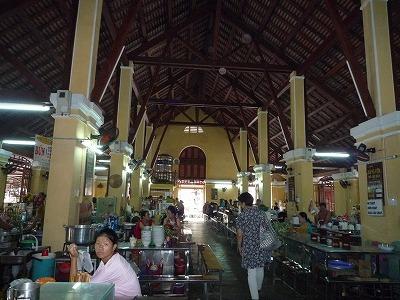 ベトナム012、9・1、ホイアン日本人街の市場内部を行く酒井さん、P1030517