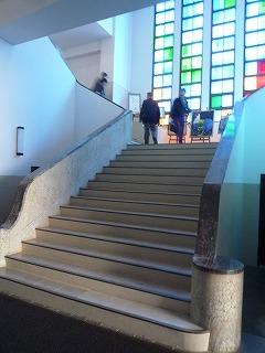 11,3,金城高校、榮光館内部、階段とカラーガラス、P1030850
